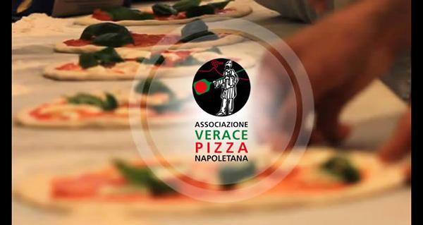 La vera pizza di Napoli, come riconoscerla e dove mangiarla.