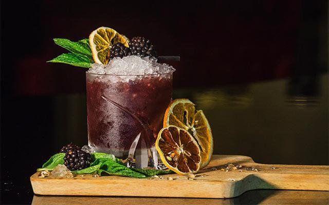 I migliori cocktail da ordinare in autunno per chi ha deciso di combattere la voglia di stare sul divano